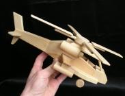 Bitevní vrtulník Apache USA. Dřevěné hračky