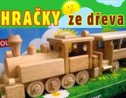 Mašinka s osobním vagónem. Krásná pojízdná dřevěná hračka.