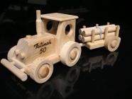 Dřevěný traktor s vlečkou, hračka