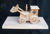 Traktor dřevěný s podstavou pro věnování