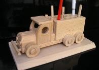 Auto-stojan na propisky - dřevěné dárky na podstavě