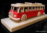 Červený autobus RTO na masivním podstavci
