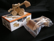 Stavebnice bagr Bobík. Skladací sestava dřevěných dílů. Dětské hračky pro chlapce.