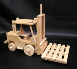 Vysokozdvižný vozík - ještěrka. Dřevěné hračky