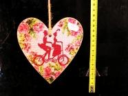 Dřevěné dekorační srdce červené cyklista