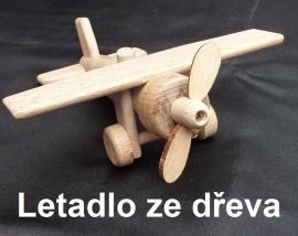 Dřevěné letadlo s pohyblivou vrtulí a koly