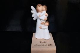 Anděl strážný s dvěma dětmi dárky