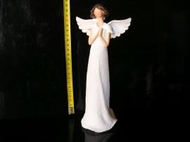 Krásný bílý anděl, modlí se. Sošky dekorace