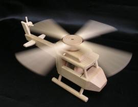 helikoptery-drevene-hracky-pro-kluky-na-hrani