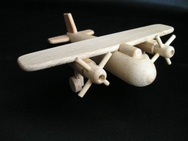 Malé letadlo s vrtulema, hračka ze dřeva