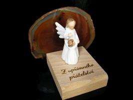 Bílý anděl kámen achát v pozadí na podstavci