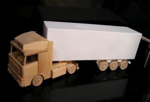 Dřevěný kamion s bílým návěsem pro láhev, DÁREK