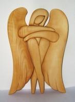 Soška, sedící anděl, světlé dřevo . 24 cm