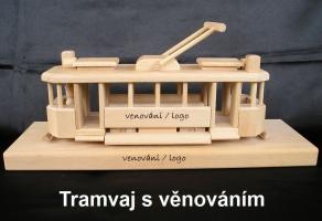 Dřevěná tramvaj na podstavci - dárky pro řidiče