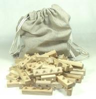 Dřevěné skládací kostky. Hračky