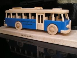 Modrý autobus RTO na podstavci, DÁREK