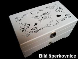 Bílá dřevěná šperkovnice se šuplíky a dekorací motýl