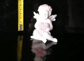 Malý bílý anděl děťátko se srdcem, sošky dekorace
