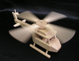 Dětský dřevěný vrtulník. Hračky pro malé piloty vrtulníků.
