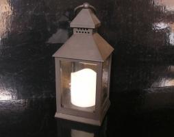 Černá lucerna na baterie, bytové dekorace
