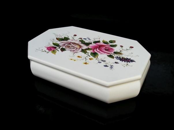 Bílá šperkovnice s motivem růže, s přihrádkama