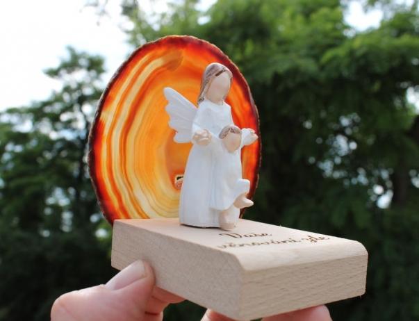 Bílý anděl s dítětem kámen achát v pozadí