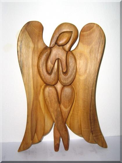 Soška, sedící anděl z dřeva. 24 cm