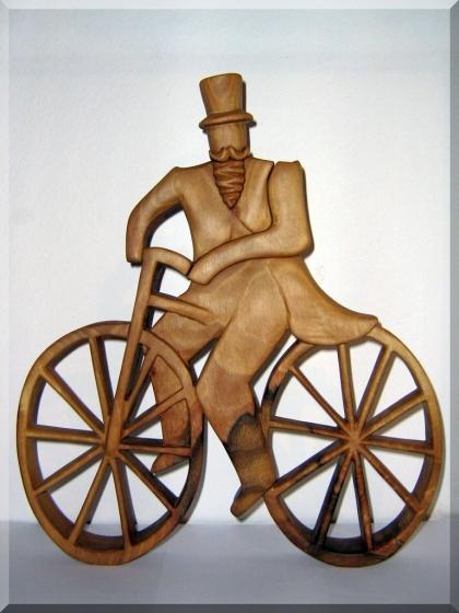 Cyklista dřevěná soška - plastika 35 cm
