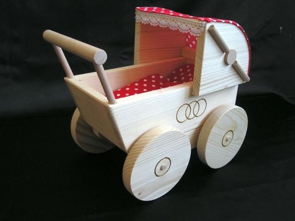 Rozkošný kočárek pro panenky. Dřevěné hračky pro holčičky.