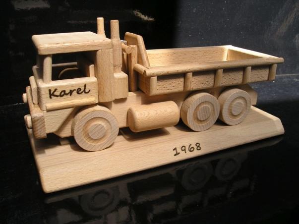 Nákladní auto TATRA na podstavě z dřeva a na trnu