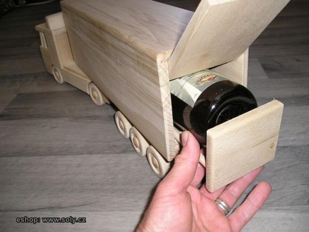 Mega kamion s návěsem a držákem na víno