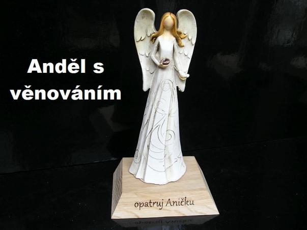 Soška modlícího se anděla na podstavci