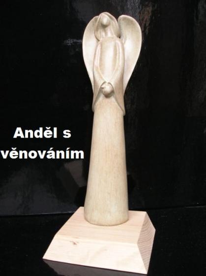 Mechový anděl na podstavě s možným textem
