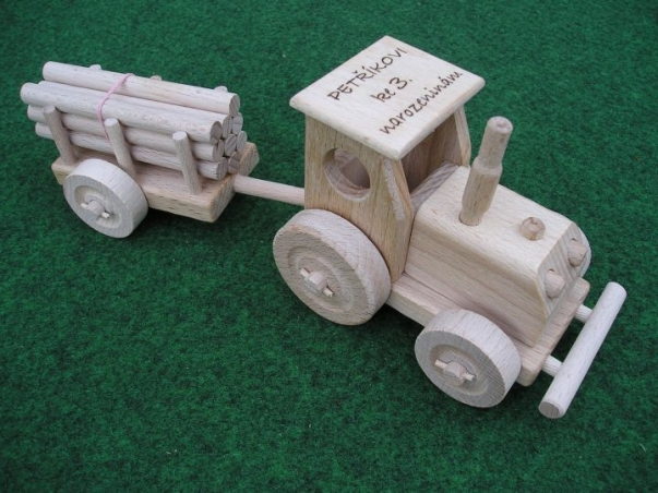 Hračka traktor