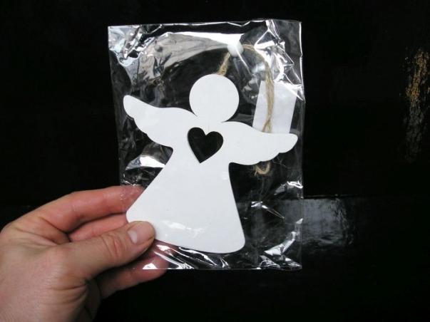 Bílý dřevěný anděl na zavěšení