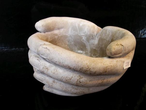 Dekorační miska ženské ruce, kamenina na zahradu, do bytu