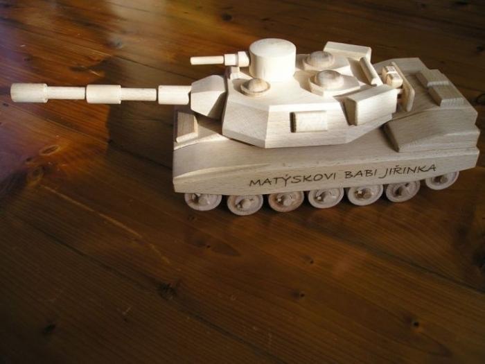 Americký tank ze dřeva s věnováním na přání zákazníka