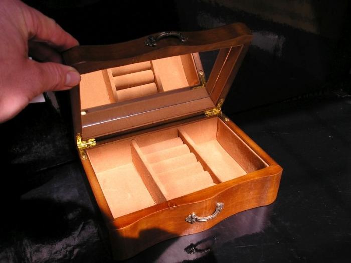 Hnědá dřevěná šperkovnice krabička se zrcadlem