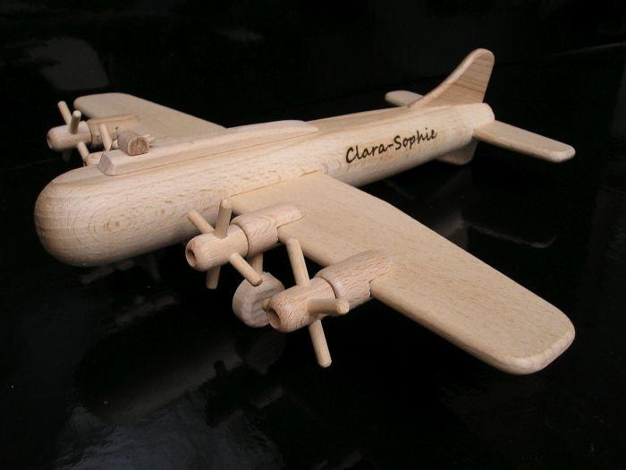 Dřevěné letadlo k narozeniním s vrtulema