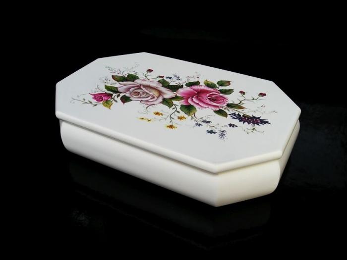 Bílá šperkovnice s motivem růže
