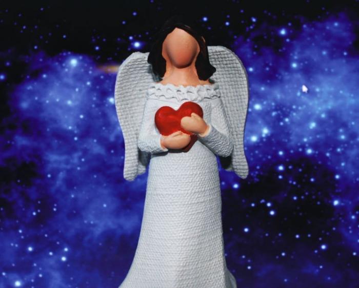 Bílý anděl červené srdce