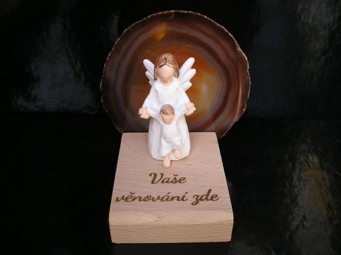 Bílý anděl a dítě kámen achát v pozadí