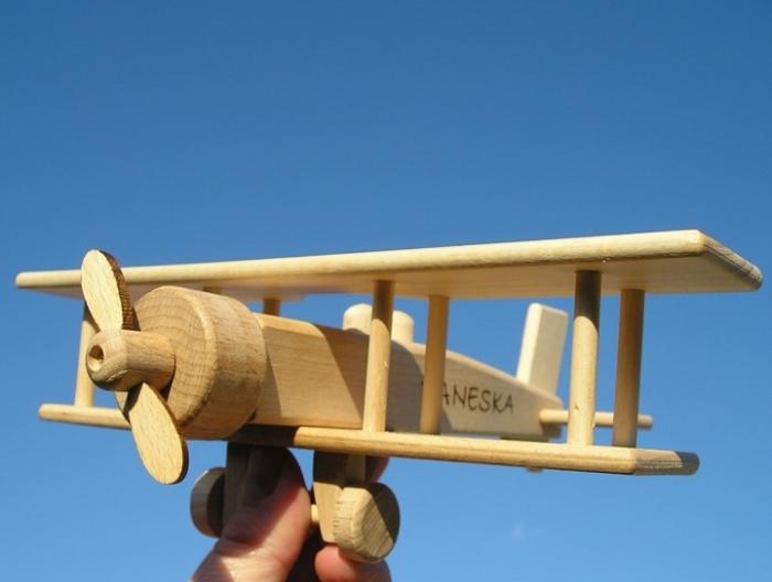 Letadlo hračka ze dřeva s vypáleným jménem
