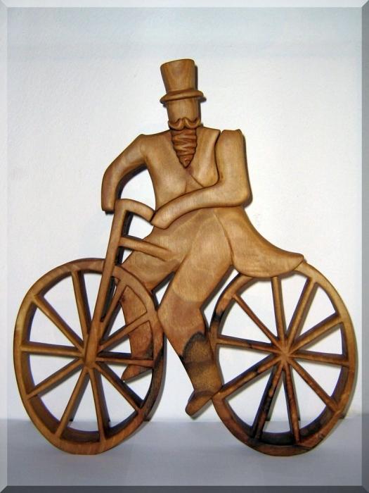 Cyklista dřevořezba