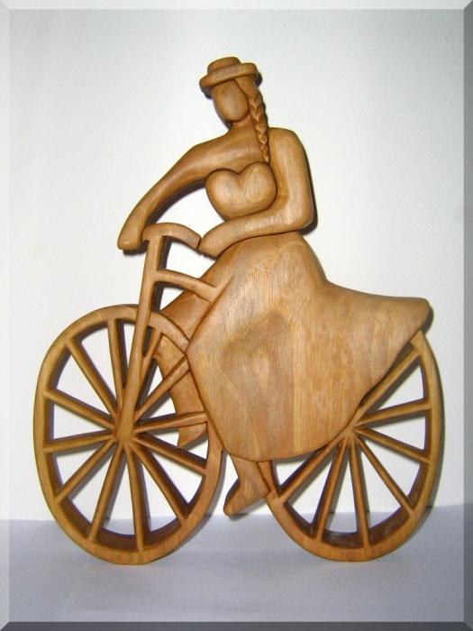 Cyklistka - dřevěná plastika