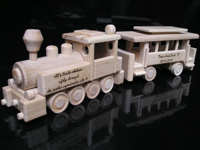 Věnování na hračce ze dřeva