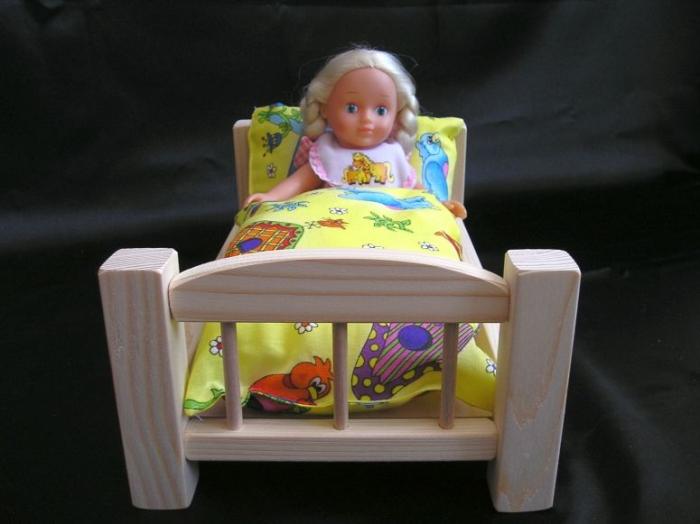 drevena-postylka-pro-panenky-na-hrani