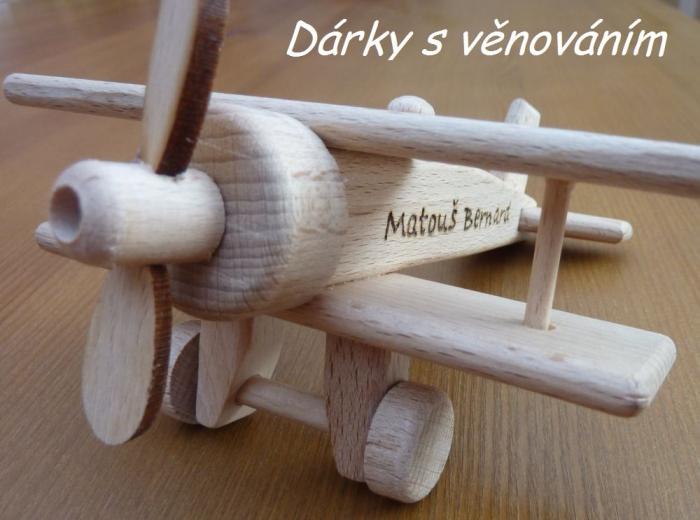 dvouplošník ze dřeva s věnováním
