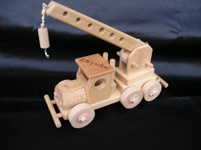 Dřevěný jeřáb hračka s vypáleným jménem