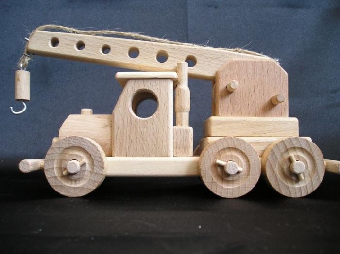 Dětský pohyblivý autojeřáb ze dřeva.
